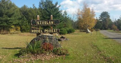 welcome sign for the siuslaw model forest